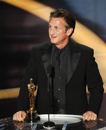 "Sean Penn accepts his Oscar for best actor for his role in ""Milk"" during the 81st Academy Awards in Hollywood, California February 22, 2009. REUTERS/Gary Hershorn"