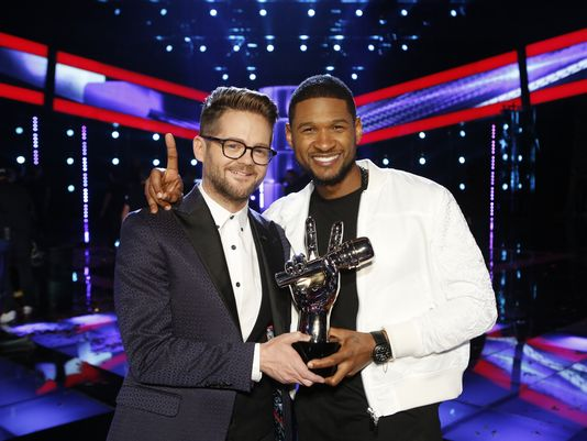 'The Voice' winner Josh Kaufman, left, and his coach, Usher, strike a triumphant pose after Tuesday's finale. (Photo: NBC Trae Patton, NBC)
